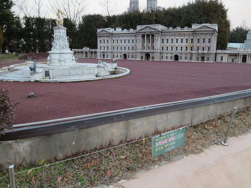 #白金漢宮及噴水池 本來是英國皇室的家的白金漢宮~