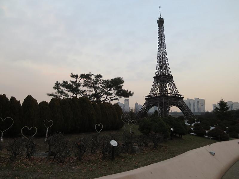 #巴黎鐵塔 接著就是法國區啦~最為大家所知的一定是這個巴黎艾菲爾鐵塔~每個女生都夢寐以求要去一次的啊~~~我終於來到了!!(在作夢。。)