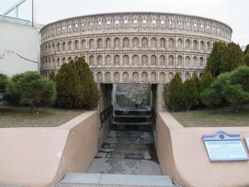 #羅馬格鬥場 過了法國區就到歐洲區了,第一個吸引我視線的是意大利羅馬的格鬥場,看到中間的入口嗎?那是可以進去,感受一下身處(迷你)格鬥場的感覺的哦~