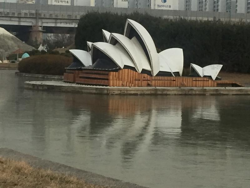 #悉尼歌劇院 走過非洲區就會到達西南亞區和南美區,然後會進入大洋區,看到無人不知的澳洲悉尼歌劇院啦!