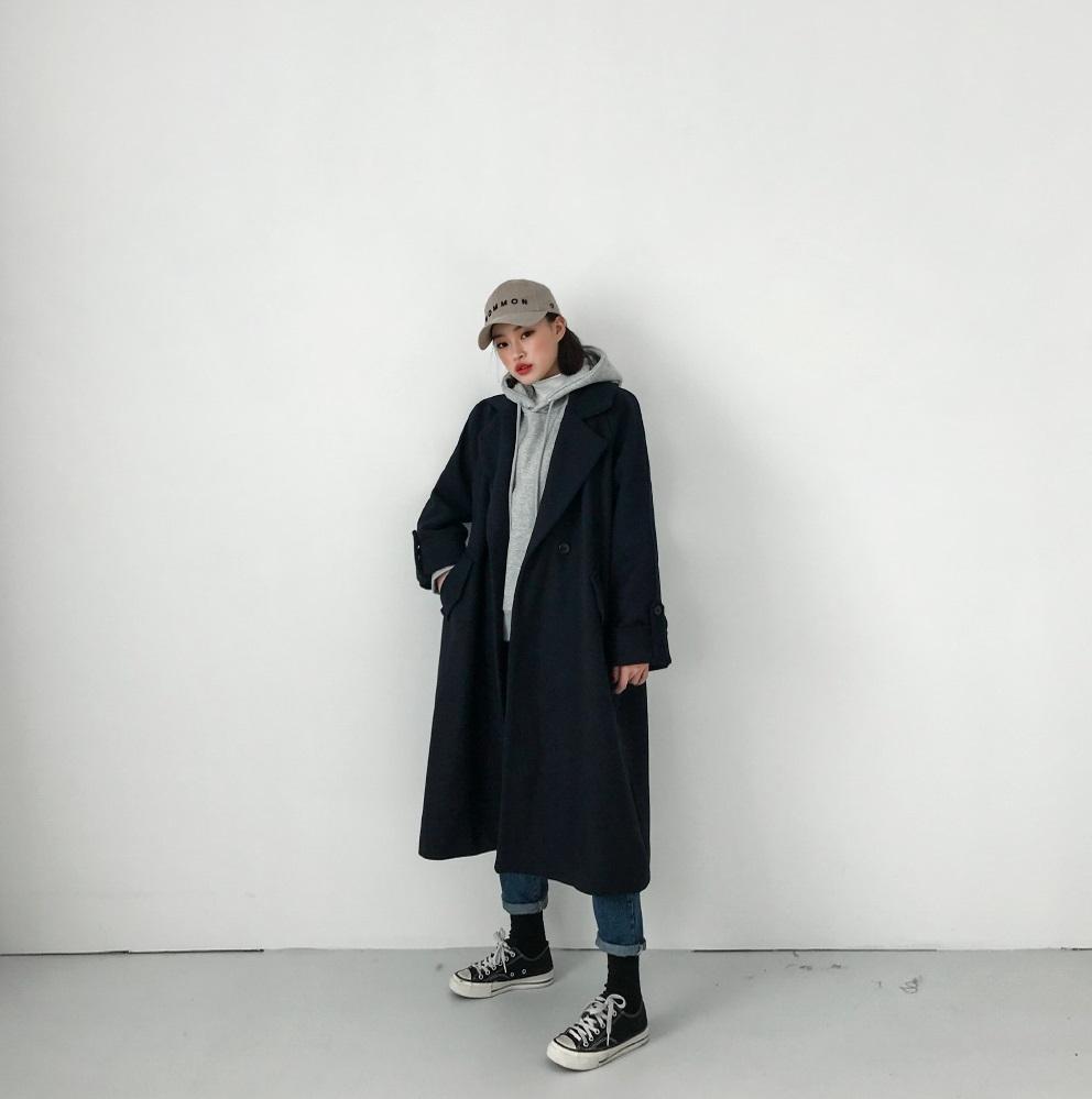 #帽T+大衣+老帽 冬天不穿大衣根本不算冬天啊XDDD但是裡面怎麼配出流行味可就很重要啦~選擇帽T和大衣做出衝突感,看起來非常有自己的特色喔!