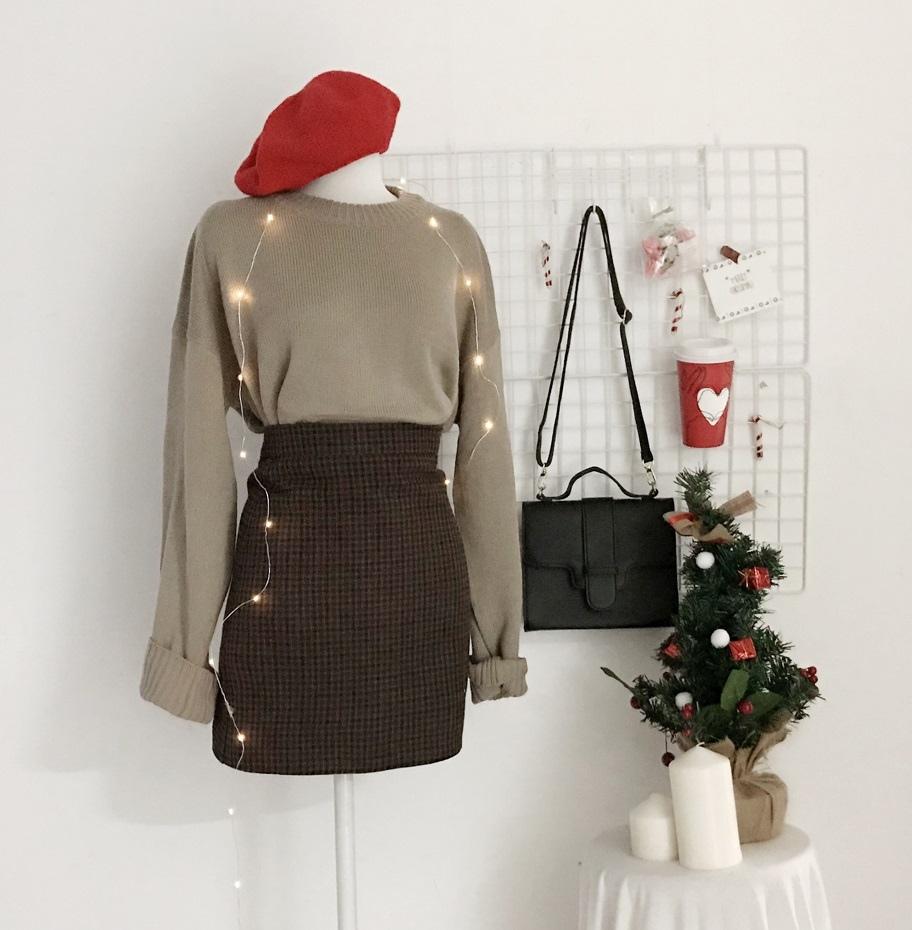 #毛衣+格紋短裙+貝蕾帽 格紋短裙依然是冬天的流行霸主,配上一件針織毛衣,看似簡單的搭配選擇一頂蓓蕾帽後就製造出獨特感啦!