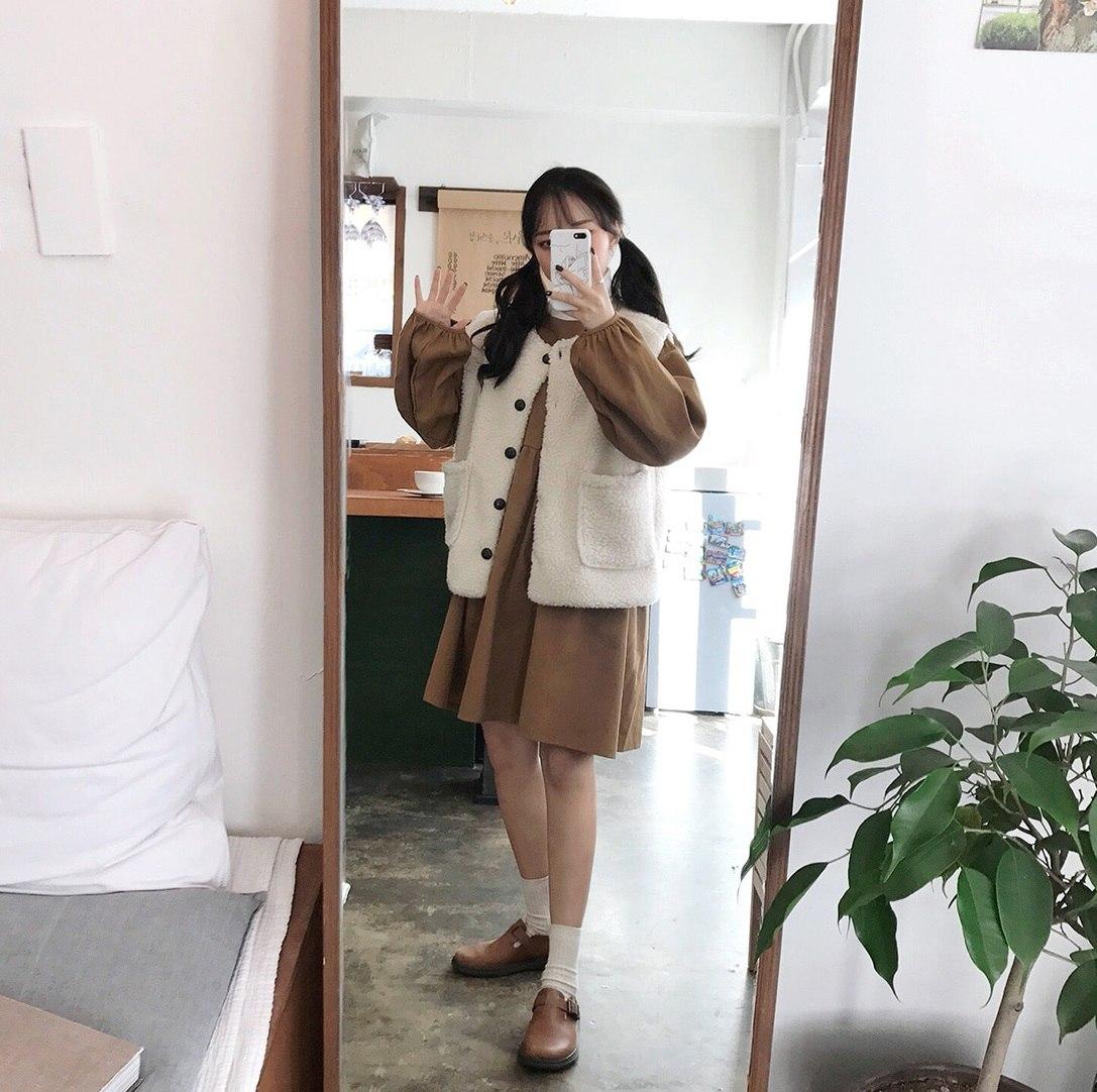 #洋裝+毛料背心 可愛的女孩絕對要試試看!在韓國當地非常紅的毛料背心其實在台灣還沒有很多人穿,這時候配上一件洋裝更可以讓你看起來超時尚啦!