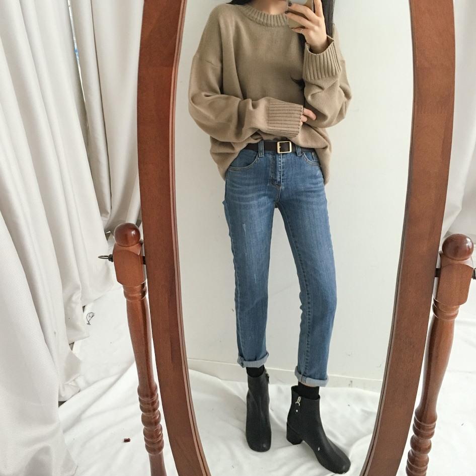 #針織衫+牛仔褲+皮帶+短靴 想要拉長比例的畫,這種搭法絕對是最好的選擇!尤其是挑選有點跟得短靴,配上修身牛仔褲,可以讓你的腿部比例看起來更好喔!