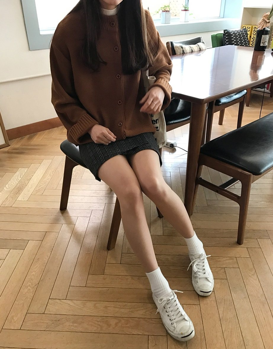 #針織外套+A字裙+球鞋 如果你想要吸引男生的目光,選擇一件A字短裙絕對不會錯!配上針織外套與球鞋,展現出青春可愛感。