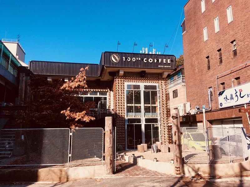 不同於多數咖啡館的小巧形式,這家是一棟兩層樓的獨立建築