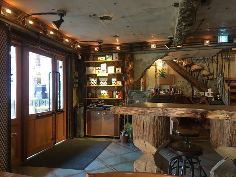 內部裝潢以木頭為主,加上暖色系燈光,大間仍有溫馨感,好像走進秘密樹屋基地!