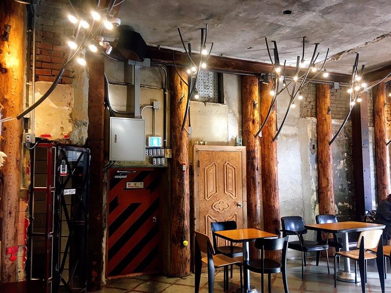 與一樓使用相同的燈光點綴,卻有不同氛圍(小編看到馬上聯想到聖誕節的鹿角裝飾xD)