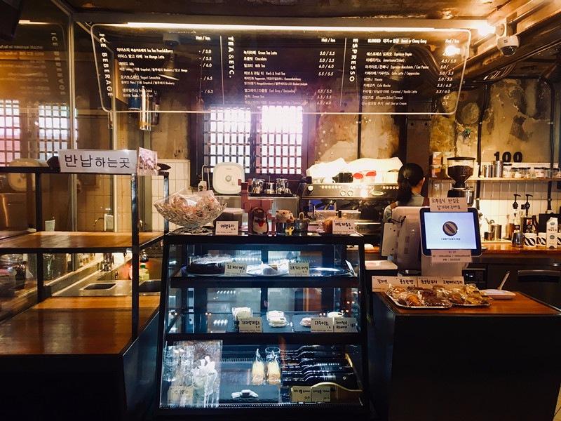 這家除了咖啡還有提供蛋糕餅乾等小點,價錢與其他店相比算是親民