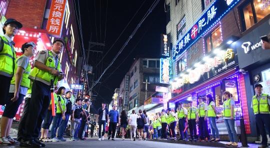 比起韓國人,中國人和朝鮮族更多的地方 警察從這經過也要穿著防護衣 中國人在晚上會拿著刀到處走 韓國公權力很弱,也有拿刀威脅警察的情況