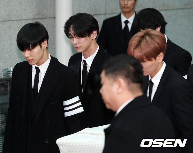 昨天由SHINee和SJ成員扶棺,送鐘鉉最後一程