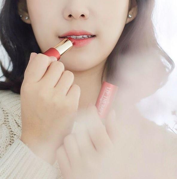#用潤色護唇膏不卸妝 別以為潤色護唇膏只是保養品,不用卸妝,因為他本身也是有色素的添加,建議最好每天睡前不要使用潤色護唇膏,洗澡時記得卸妝比較好。