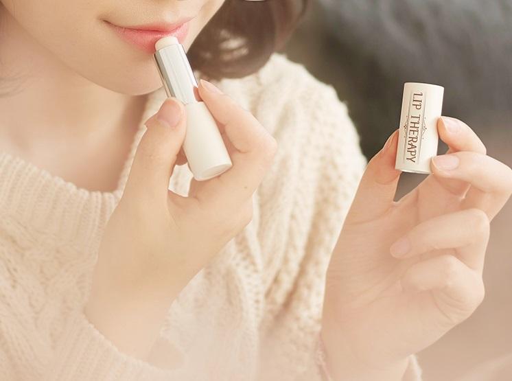 #左右橫擦護唇膏 擦護唇膏的時候是不是常常忽略方向,一拿起來就隨便亂擦?其實擦護唇膏也是有小技巧的,最好的方式就是上下直擦而不是左右橫擦喔!順著嘴唇紋路擦才不會傷害它~
