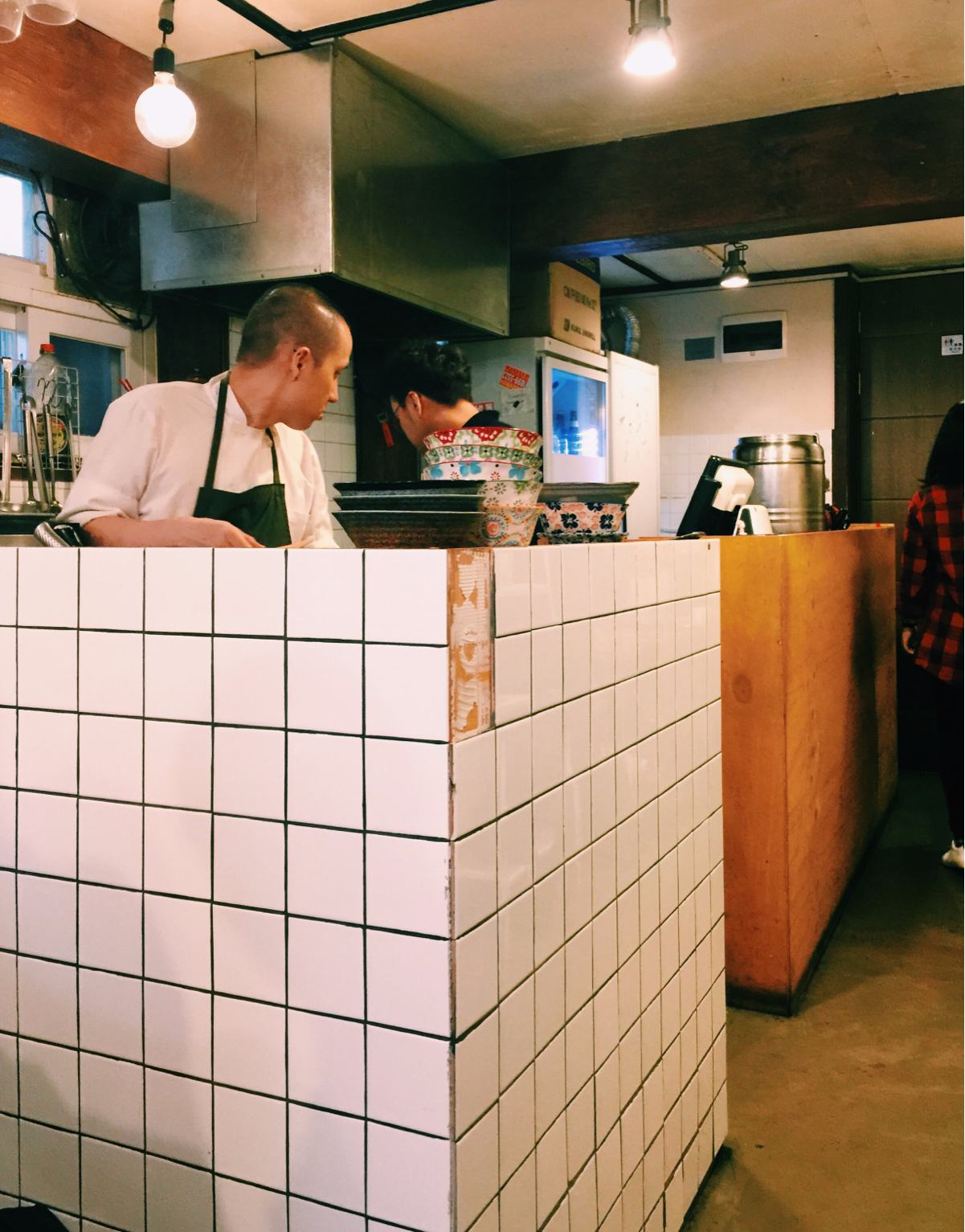 少年食堂的廚房是屬於開放式,所有的餐點都是在這個小角落完成; 不知道是不是因為廚師的髮型,這樣看過去真的還滿像日本食堂的感覺,是不是瞬間以為自己不是在首爾,而是在日本哪裡的某間小型家庭式餐廳裡吃飯呢?^^