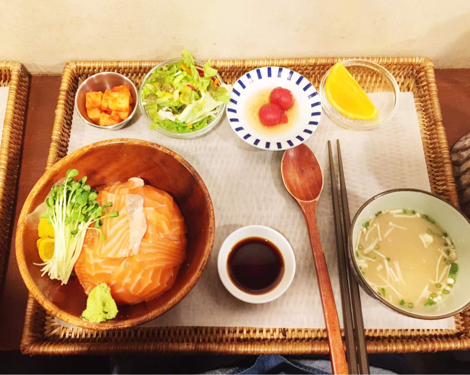 所有的餐點都是用竹籃托盤端上來,雖說不到精緻,但也是能感受到老闆的用心,主食之外還有湯有生菜沙拉有餐後水果,是兼顧到營養均衡的餐點,出門在外也是可以吃得健康又美味啊~~
