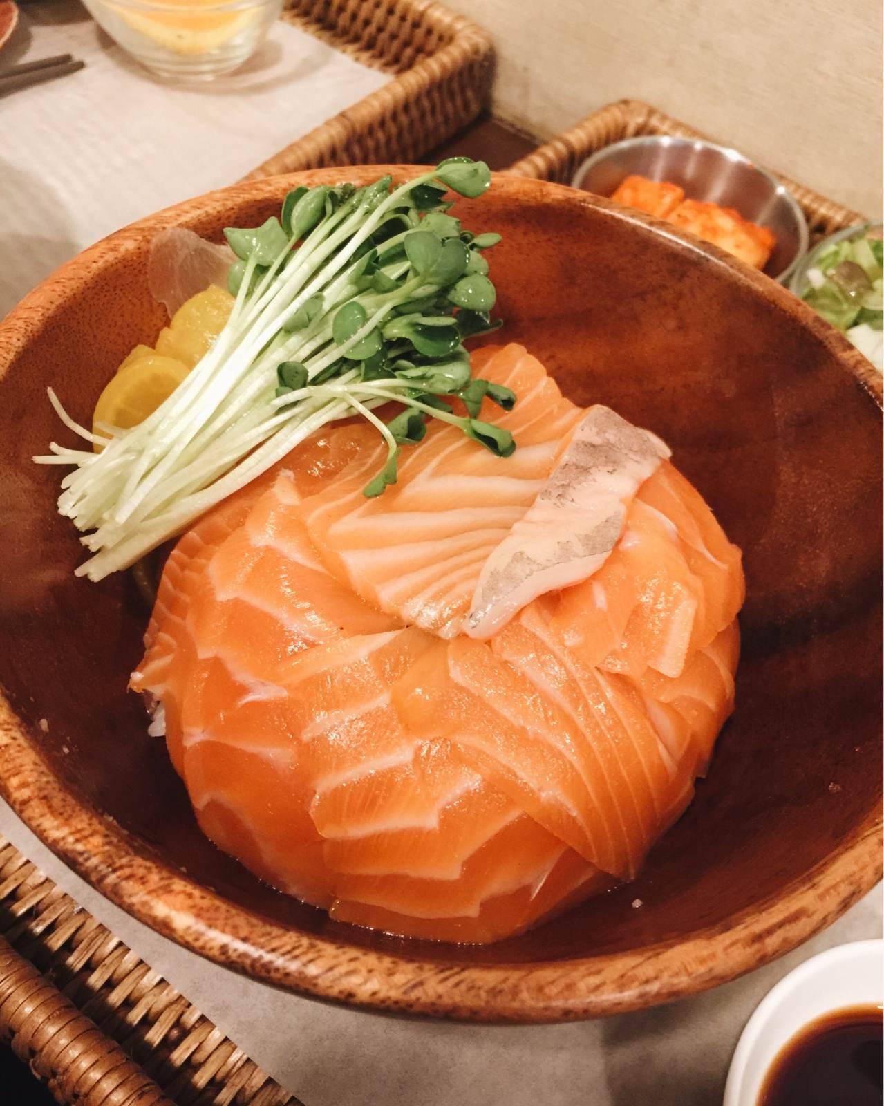 這天小編吃的是鮭魚蓋飯,價格12000元韓幣,旁邊附的醃漬蕃茄很好吃,鮭魚給得還滿多片的,對於喜歡吃鮭魚的人,例如小編我! 真的會吃得超級滿足!