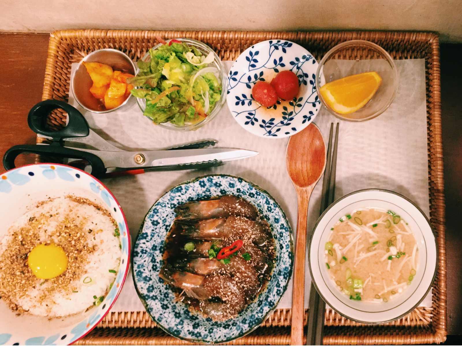 生蝦醬飯算是少年食堂的招牌餐點。這一份對敢吃生食的人來說會非常夠味! 價格10000元韓幣,台幣不到300塊,以這樣的份量來說真的很划算呢!