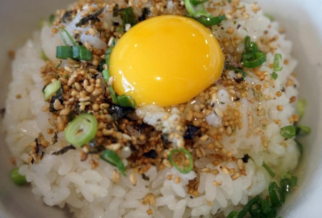 看看這生蛋的光澤度... 跟白飯攪拌在一起吃搭配著生蝦的醬,真的好好吃喔!