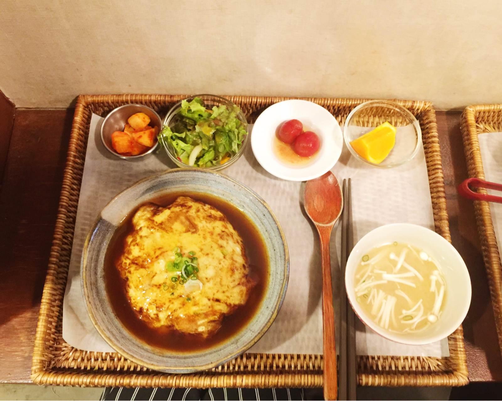 雞蛋蓋飯的價格是9000元韓幣,比鮭魚蓋飯更有日式的味道,整碗吃完剩下的醬汁完全會讓人欲罷不能很想再立刻續一碗白飯!