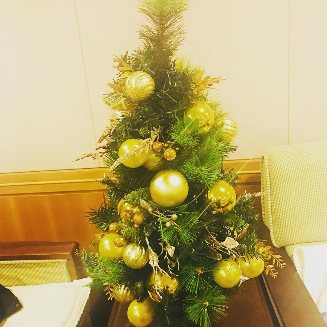 太妍在最後一天的演唱會上,公開了連續三日出現的聖誕樹背後的故事。原本以為只是裝飾的聖誕樹,對太妍來說意義非凡...鐘鉉去年送這顆聖誕樹給太妍