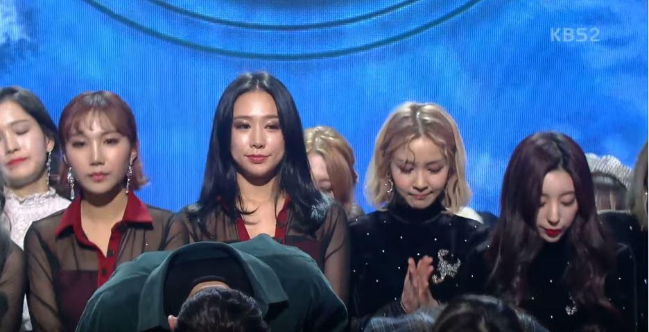 站在主持人率濱和李瑞元身後的女團成員,更是在鞠躬時落淚。即使和鐘鉉沒有深交,韓國演藝圈的偶像仍因為失去閃耀的同仁而哀傷
