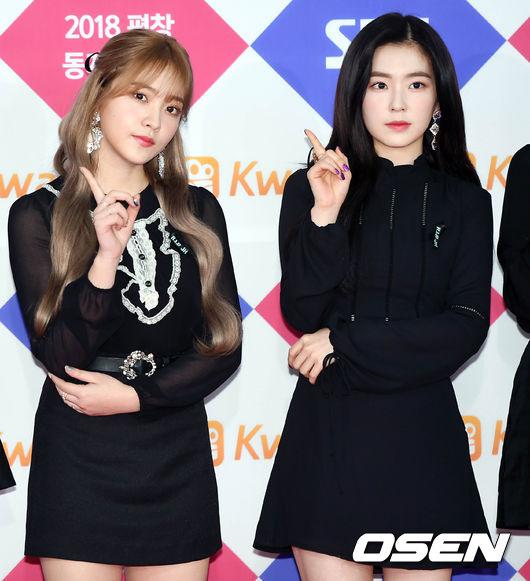 Red Velvet 黑色的連身裙上別著黑色緞帶來弔念鐘鉉 。