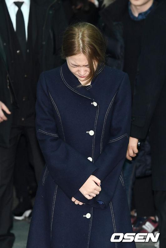 但是韓國網友則是擁有著相反的評論,大部分的評論都表示看到Yeri這樣悲痛的模樣相當心疼,想要抱抱她,也又網友覺得她這樣的舉動很勇敢...這樣的正面的評論佔了大多數。