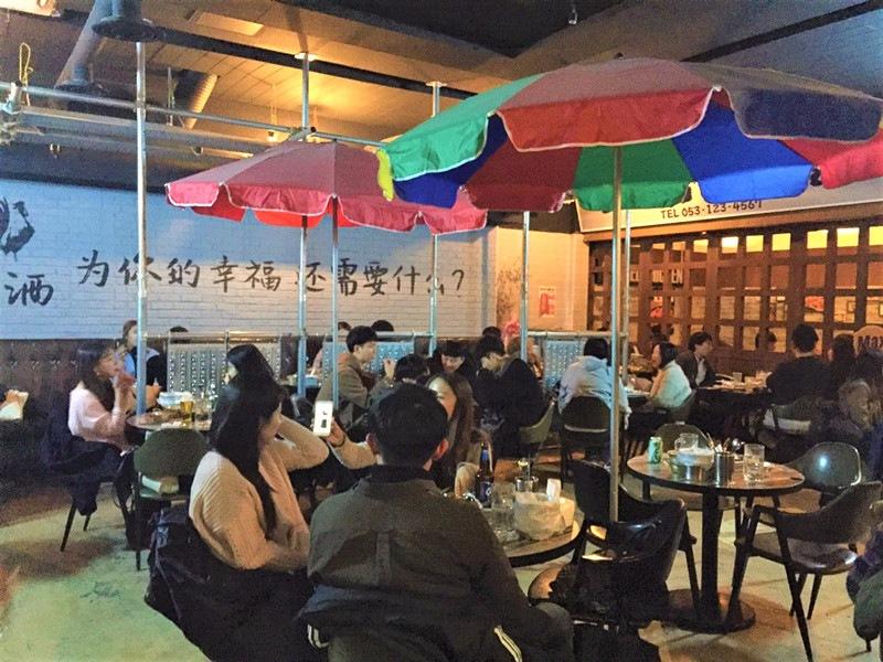 主要座位區用以前露天咖啡廳一樣的座椅,再配上五彩帆布遮傘,吃炸雞就該是這樣輕鬆自在,而不是在西餐廳的正襟危坐。