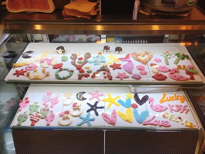 還有滿滿的裝飾可以加在冰淇淋上讓整體造型更可愛(更吃不下去)!