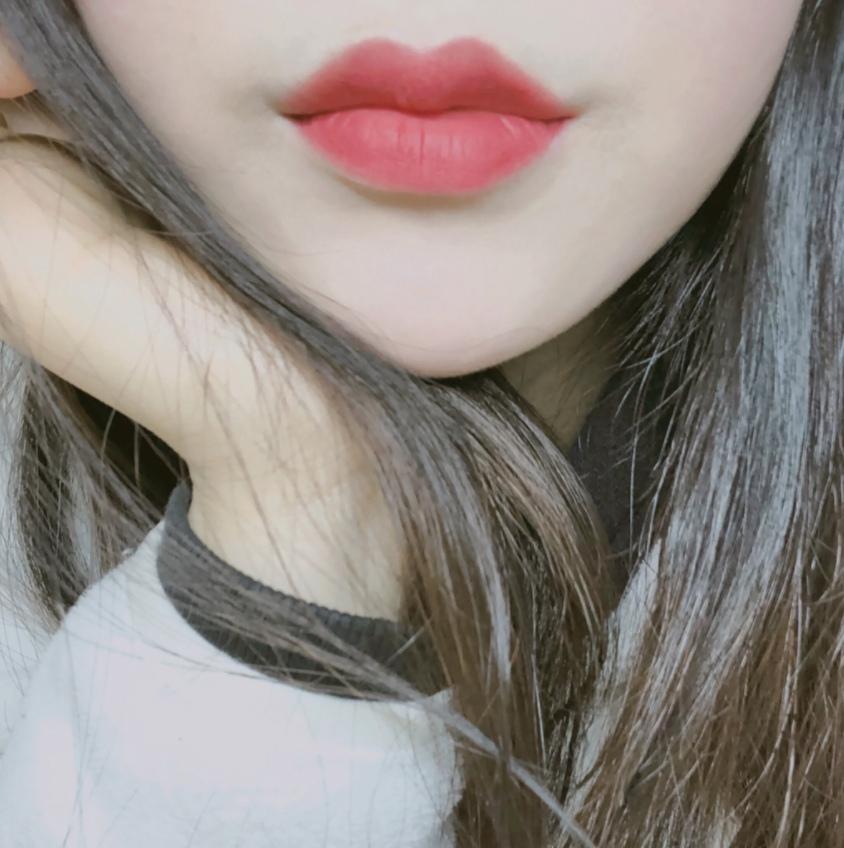 雖然是粉狀,上唇之後卻會變成像是唇露般的質地,而且不乾澀!霧面的唇色超美~