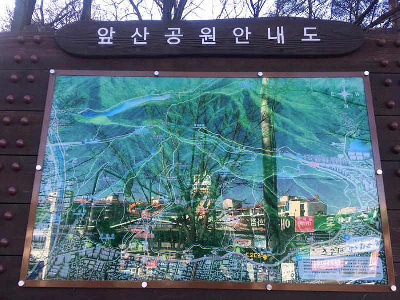 告示板上有標出兩種路線:一邊是搭纜車上去再走段路即可抵達,單趟票價7500韓幣,來回則是9000韓幣;但今天小編要介紹的是另一邊直接走上去的路線!