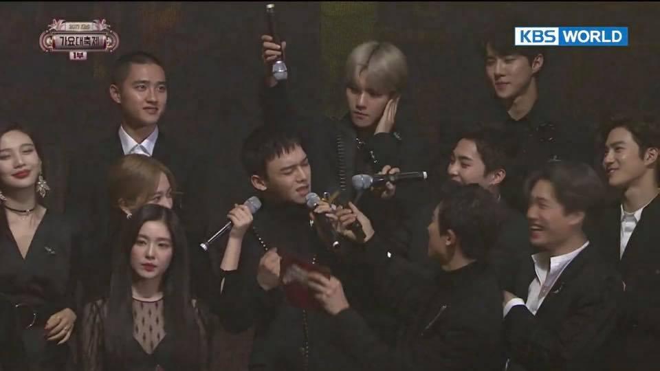 而昨天還發生了有趣的插曲 EXO玩開了 集體拿起麥克風讓CHEN高歌 而置身事外的D.O.被說根本是Red Velvet成員 而拿起麥克風的YERI變成了EXO成員XD