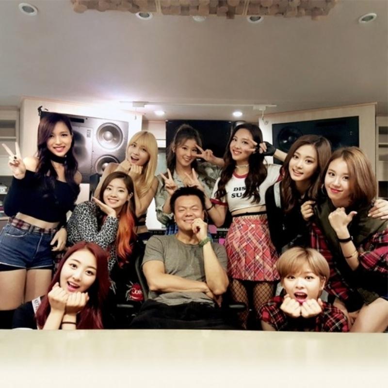 隨著近年JYP旗下的團體在全世界都獲得成功,這個「因為不知道你愛什麼,所以我就自己上了!」,最常在自家偶像作品中登場的老闆也讓本來就有名的自己,名氣更升一層樓。
