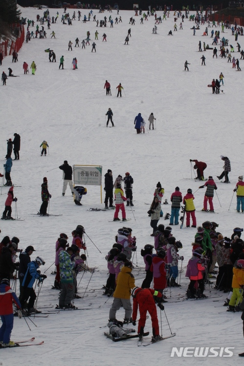 12/30韓媒報導在慶尚南道的滑雪場 發生了滑雪者的擦撞意外 一名46歲的A某和17歲的B某擦撞