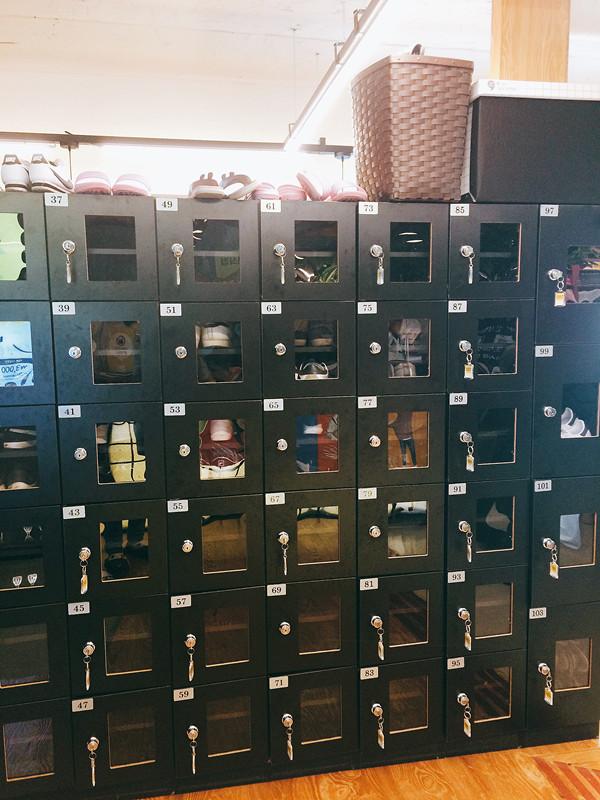 進店後,要先脫掉鞋子放於鞋櫃內,然後換上由店家提供的室內拖鞋。