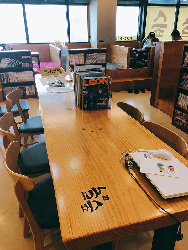 這是基本的單人坐位,亦有電腦提供。