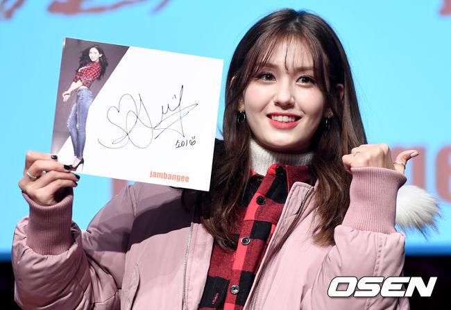 已經連續第二年粉絲說「多虧有她,讓我考試得滿分」的幸運偶像,就是JYP的Somi!雖然Somi今年才剛上高中,但已經擁有不少需要靠著Somi帶著他們離苦得樂,暫時忘卻升學考試煩惱的粉絲哥哥姐姐