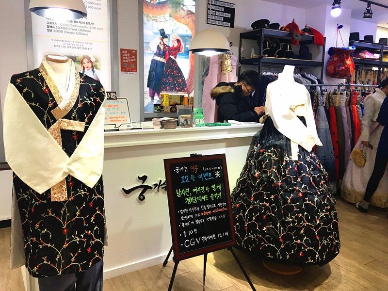這家店叫做궁가는여우,在景福宮三號出口附近。12月份的時候情侶一同前往還有活動。