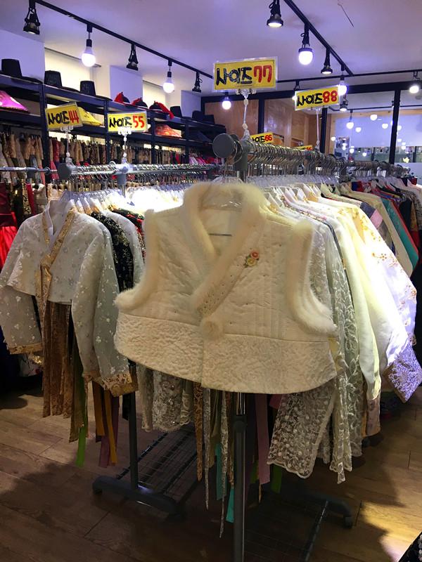 店員有中國人所以不用擔心交流不暢!滿滿的上衣,因為都很好看陷入了深深的選擇恐懼症…店裡還有馬甲,別家不一定有的哦!