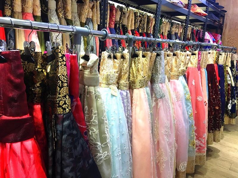 裙子更加豐富多彩了!金絲編織的圖案華貴動人,加上裙撐的大裙擺隨著風舞動,很美麗哦~
