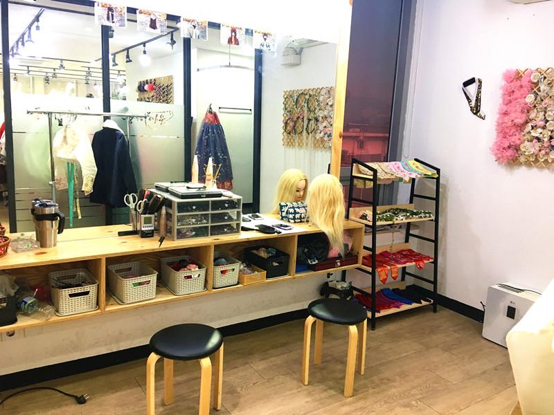 租賃韓服,店員會提供髮型設計的服務。有多種編髮可以選擇,還有髮帶、花環等裝飾。店員的手藝很不錯。