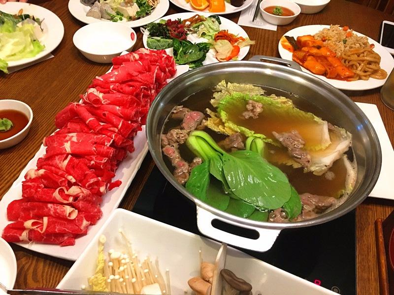 日式火鍋湯底清淡,肉是按照人數限量提供,不過提供的量就已經很足了。除此之外還有豐富的菜品,不會覺得無聊。