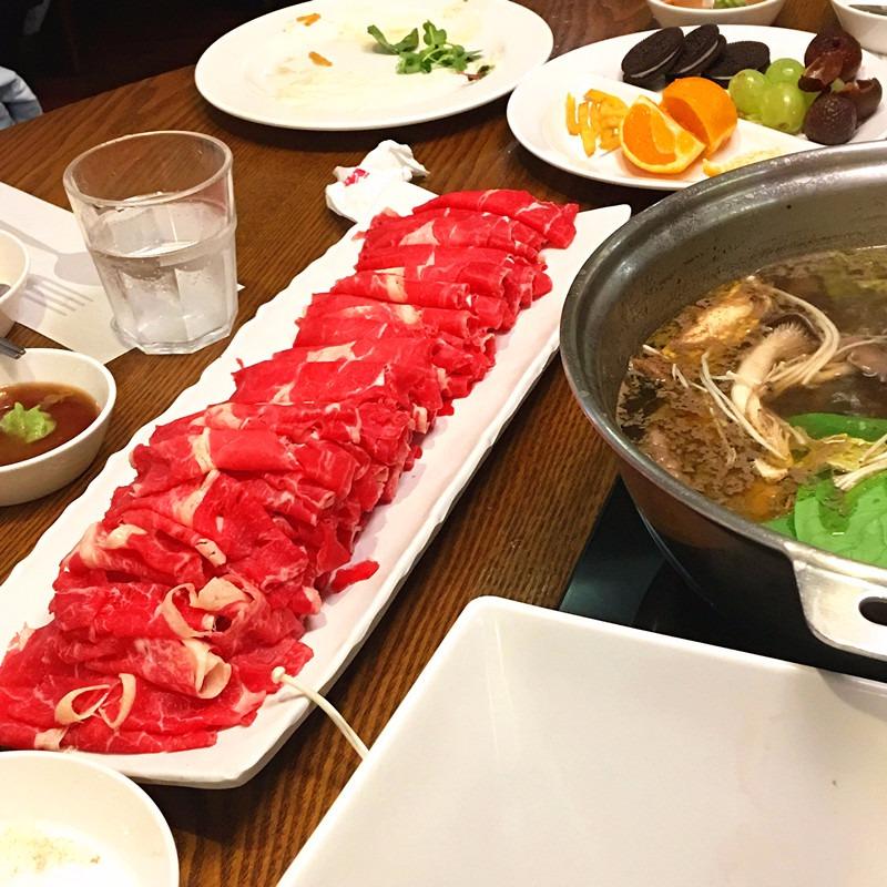 肉的成色很好,非常新鮮。牛肉在韓國還是比較貴的,不過和價錢相比質量和口感值得一試!
