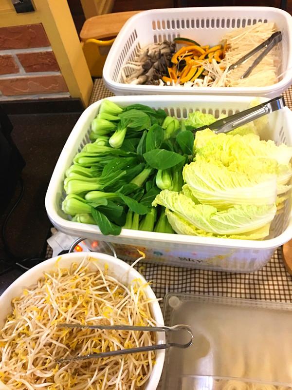 無限量提供的新鮮蔬菜。綠葉菜,豆芽,菌類和南瓜都很新鮮哦~