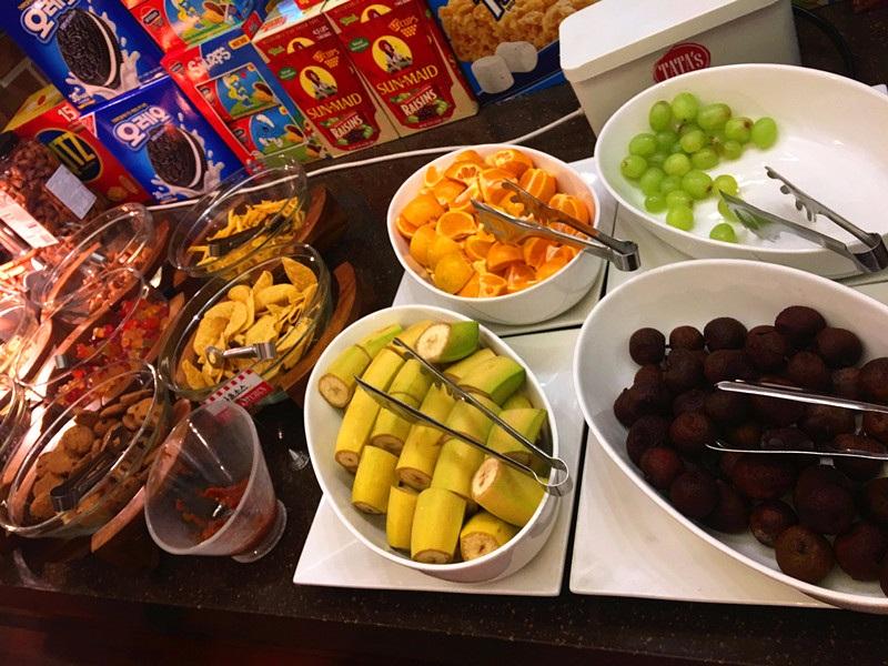 另一邊是水果和零食。零食種類很豐富,還有冰淇淋可以自己打,吃完火鍋來一盤水果也很棒!