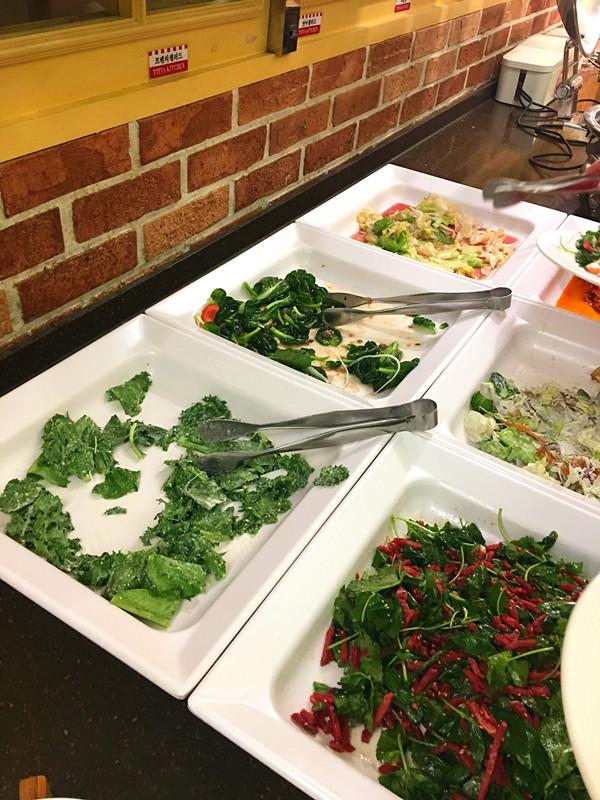 小編認為最好的是沙拉吧,種類很多而且有包含生牛肉和三文魚的款式,味道和材料都非常好。