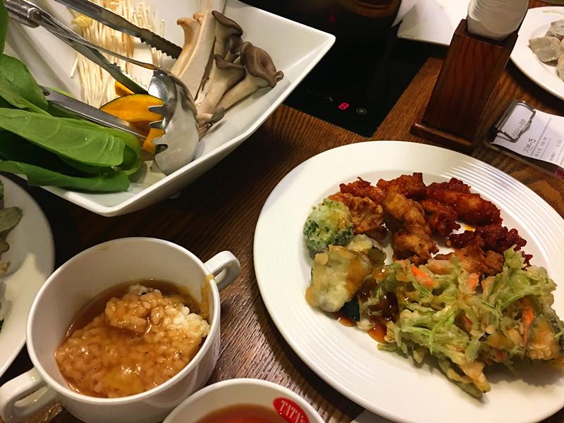 鍋巴湯可以自己用小碗來盛。新炸的天婦羅酥脆爽口,還有韓國不是很常見的茄子和花菜。