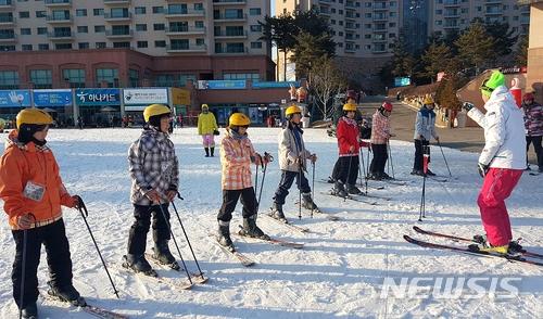 A某已經有10年的滑雪經驗 B某則是剛開始學習滑雪