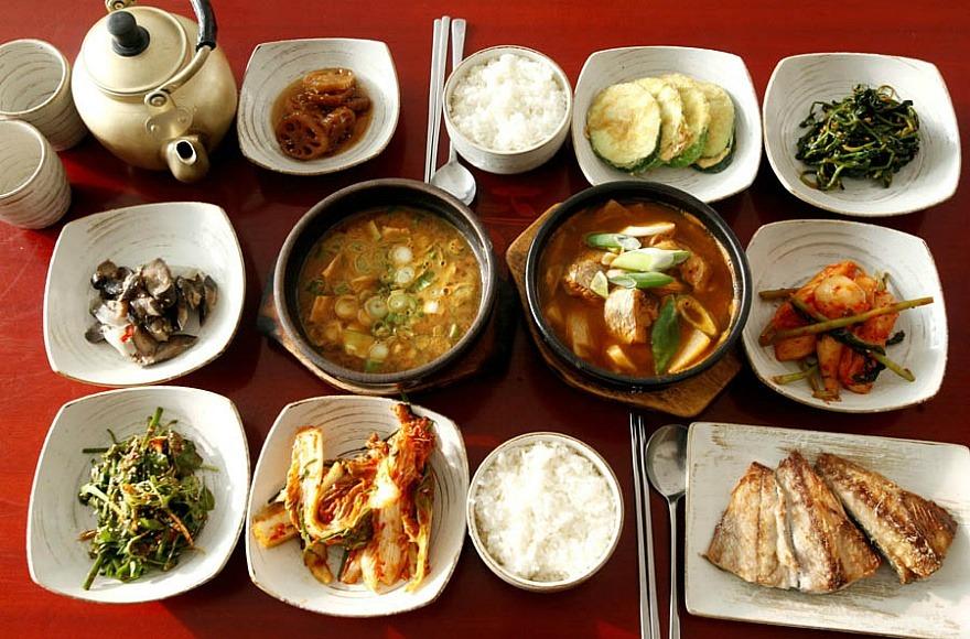 #1、韓家庭定食(49.1 %) 「家庭式定食」有各式小菜,就像媽媽煮得家常菜! 對於有選擇障礙的人來說,家庭定時菜色超多,想吃什麼都有啊~~