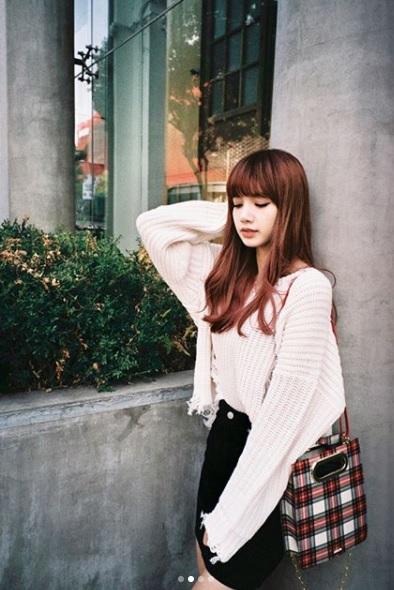 ♦Lisa Lisa的造型從出道以來並沒有太大的差別,只要秉持著「齊瀏海」+「紅棕色」髮色,Lisa的髮型基本上難不倒你啦~